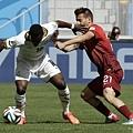 葡萄牙球員Joao Pereira試著擋住迦納球員Majeed Waris