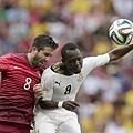 迦納球員Afriyie Acquah和葡萄牙球員Joao Moutinho爭球