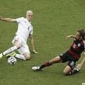 美國球員Michael Bradley和德國球員Philipp Lahm爭球
