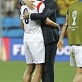 南韓教練安慰手下球員