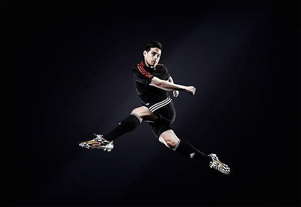 4.目前暫據金靴獎前三的James Rodriguez (6球),不僅都穿著adizero F50 鞋款出賽,並且三大射手所屬球隊也都由adidas所贊助