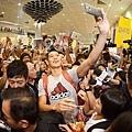 林書豪抵達機場,與等候多時的大批球迷們熱情自拍,引起一陣瘋狂