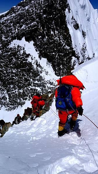 攀登隊三訪布羅德峰,衝破之前未曾駐足的最後關鍵峰頂稜線8000公尺後路段,由前峰與主峰組成一個M型的假山頭,垂直冰壁加上稀薄空氣,上上下下來回耗盡體力,登頂過程步步為營