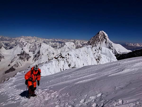 黃文辰前往峰頂路程,眺望一望無際聳立的喀喇崑崙山脈群峰,歷經一個多月上上來回,成功登上布羅德峰8051公尺高空,亦創下連續兩年登頂布羅德峰紀錄