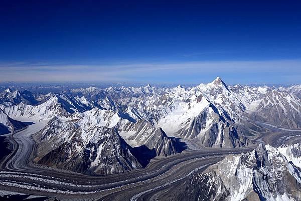 布羅德峰峰頂俯瞰巴托魯冰河及聳立的喀喇崑崙山群