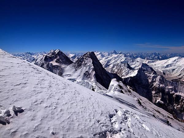 布羅德峰,世界第12高峰,位於巴基斯坦東北部的喀喇崑崙山脈上,海拔8051公尺,喀喇崑崙山脈擁有多條巨大的冰川,將山峰研磨的如刀削斧劈般陡峻聳立