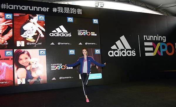 美力系隊長Jolin透過社群互動體驗牆與粉絲互動,邀請全台女性跑者一同體驗adidas Running EXPO 跑步博覽會的專業跑步資源。dd