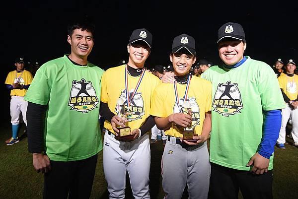 高中組MVP投手潘俊豪(左)、捕手廖維銘(右)(由大漢整合行銷提供)