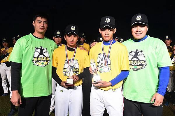 國中組MVP投手胡政愷(左)捕手戴培峰(右) (由大漢整合行銷提供)