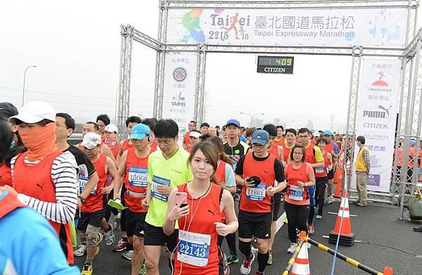 2015臺北國道馬拉松10公里起跑(照片來源-路跑協會)