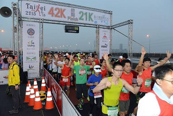 2015臺北國道馬拉松全半馬起跑(照片來源-路跑協會)