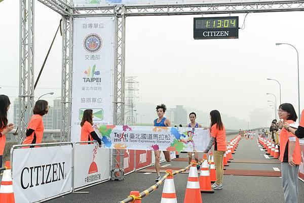 半馬男子選手冠軍王秋竣(左)與亞軍何志宏(右)不分軒輊