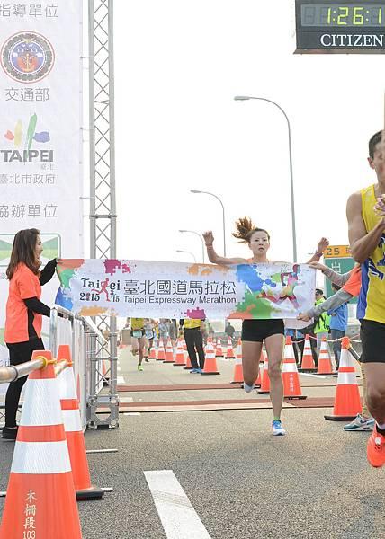 半程馬拉松女子組冠軍陳瑋琳衝線(照片來源-路跑協會)
