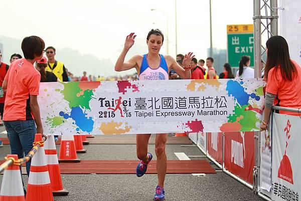 全馬女子組冠軍由來自紐西蘭的越野女王Ruth Charlotte Croft奪得(照片來源-路跑協會)