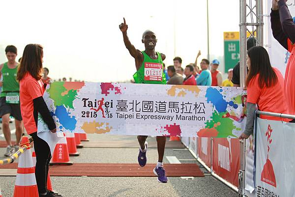 全程馬拉松由來自肯亞的Geofrey Birgen以2小時14分52秒破大會紀錄奪得冠軍(照片來源-路跑協會)