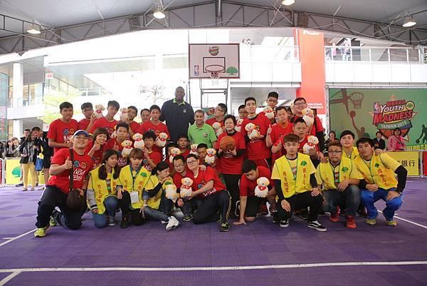 NBA CARES 在台北信義區 MUTOMBO熱情指導中華特奧選手