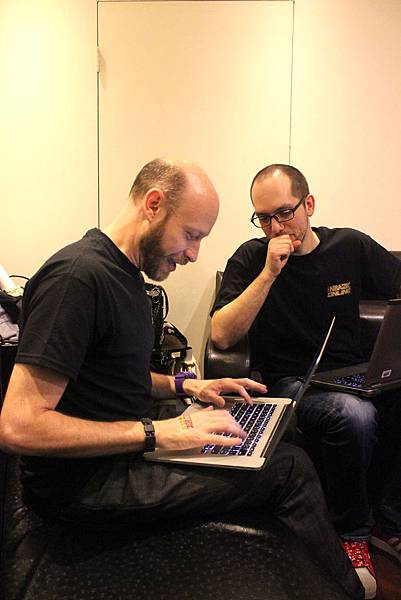 Luke和Tyler與玩家意見交流後,立即討論做會議紀錄,相當重視玩家意見。
