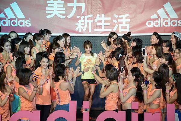 1.adida邀請美力系隊長Jolin蔡依林現身美力訓練營結業式,與80名#adigirls學員紀念為期一個月的活動期間不斷挑戰各種運動的榮耀