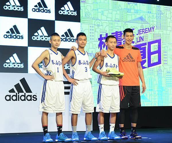 6.林書豪同時以Coach Lin身分指導三位泰山高中新生代球員代表,並贈送本次返台之旅林書豪專屬鮮黃配色球鞋Crazylight Boost Primeknit 2015