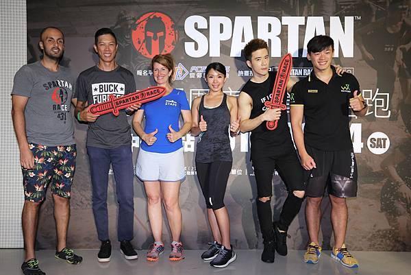 斯巴達障礙路跑官方品管人員Denise(左三)邀請台灣參賽者一起享受掉入泥巴的驚喜.jpg
