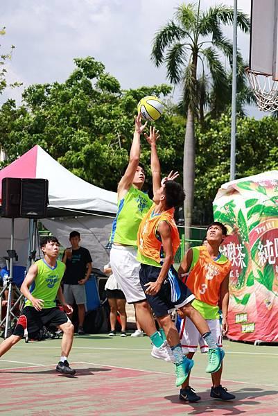 中區賽門隊2016年獲得大專男子組殿軍,三人雖在求學道路分道揚鑣,但在球場上的默契絲.JPG