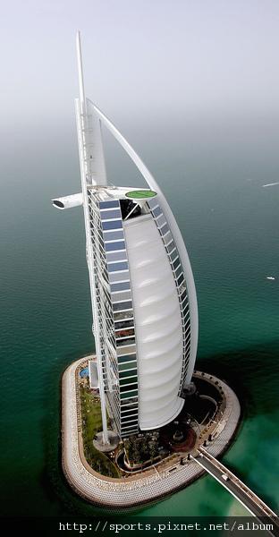 杜拜飯店頂樓的網球場