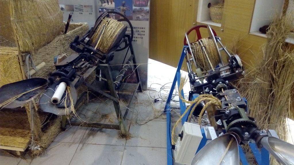編織稻草用的機器.jpg