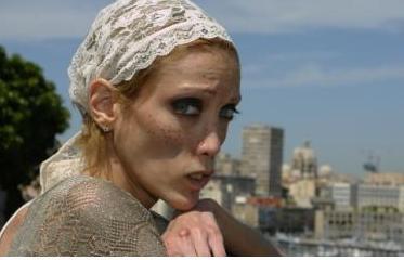 法紙片模特兒卡洛 28歲香消玉殞