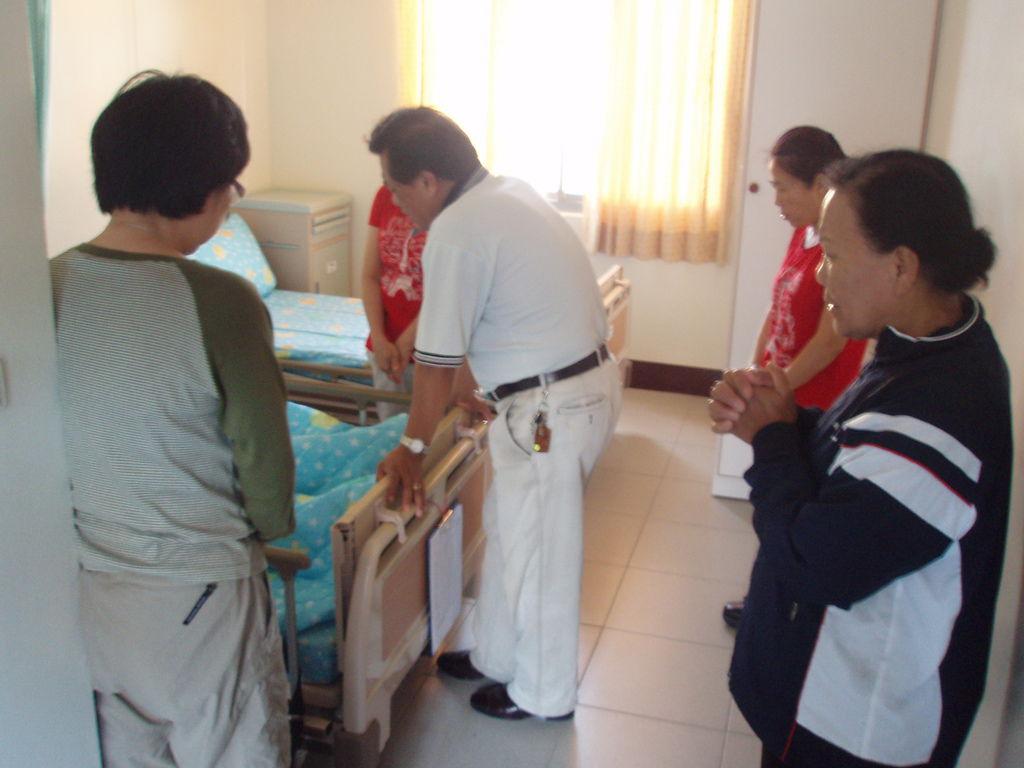 住民進住時,春日教會牧師及長老關懷並禱告