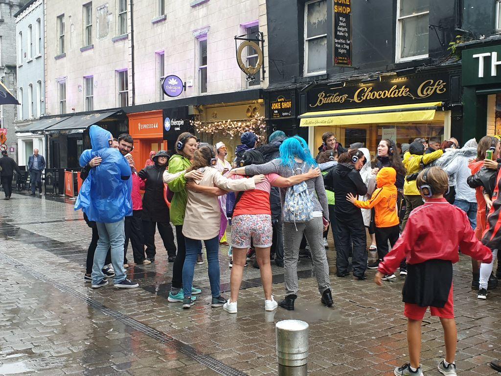 和民眾在下雨的大街上大跳迪斯可.jpg