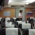 這是火車上的列車長,看起來挺酷又兇的,不像台灣乘客至上,乘客就是大爺