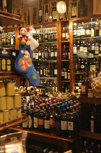 擺滿酒和橄欖油的小店