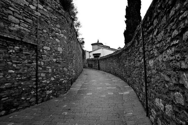 離教堂不遠附設的修道院