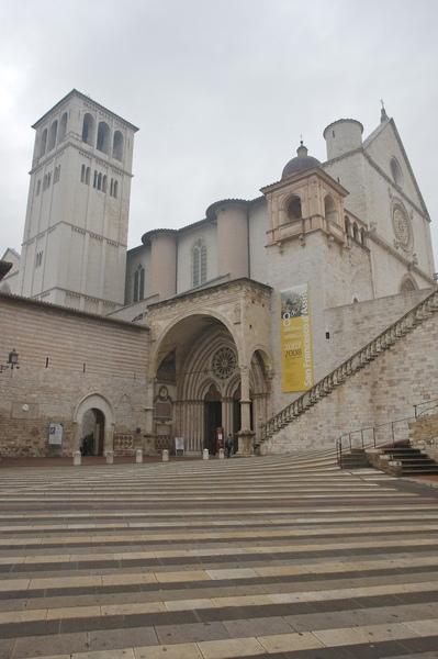 這個教堂分為上下兩部份,不同年代完成