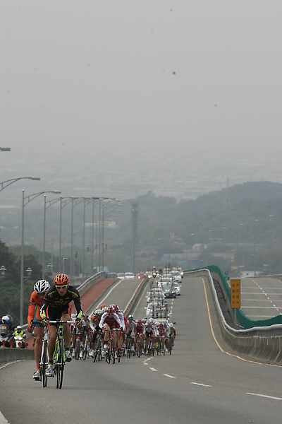 2010環台賽彰化縣站由領先集團帶領主集團在著名的74省道上賣力爬坡往上騎.JPG