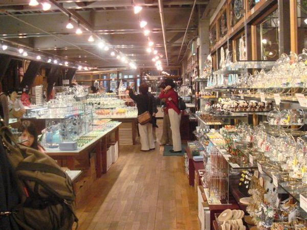 明治館內部,都是賣各種玻璃品