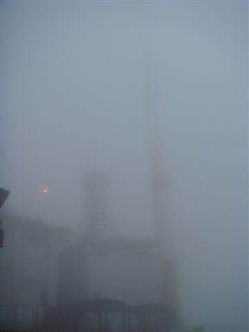 旁邊的工廠建築,連煙囪頂都看不到