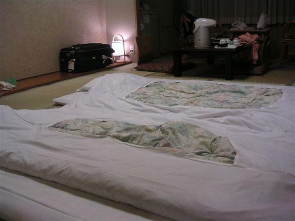 我們去吃晚餐的時候,有工作人員進來鋪床