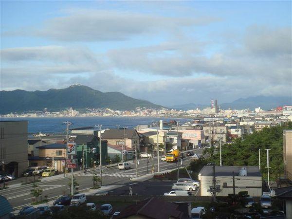 旅館外面就可以看到海港,只是風景沒有很美