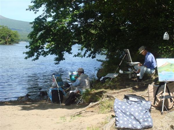 湖邊有阿伯畫畫