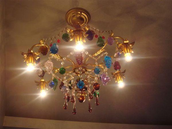 房間內的吊燈
