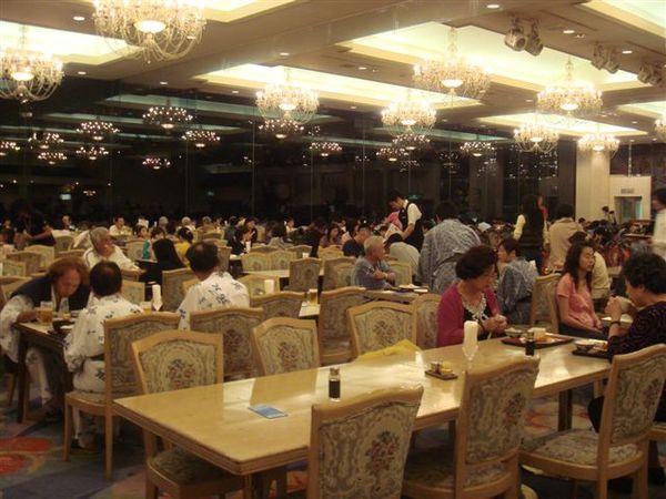 餐廳超豪華的,吊燈一堆