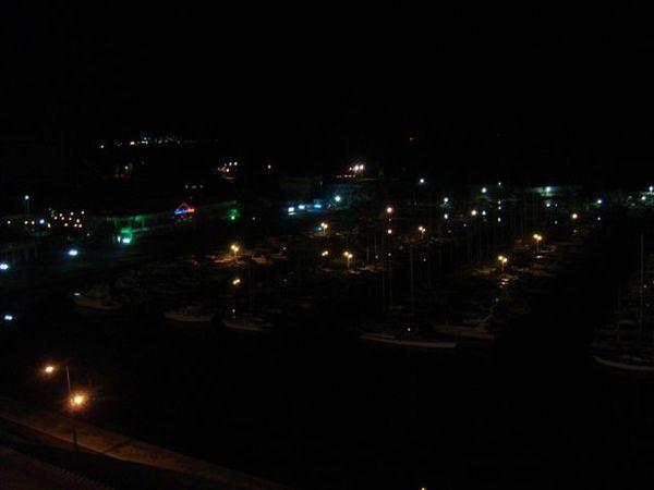 夜景是面對海港