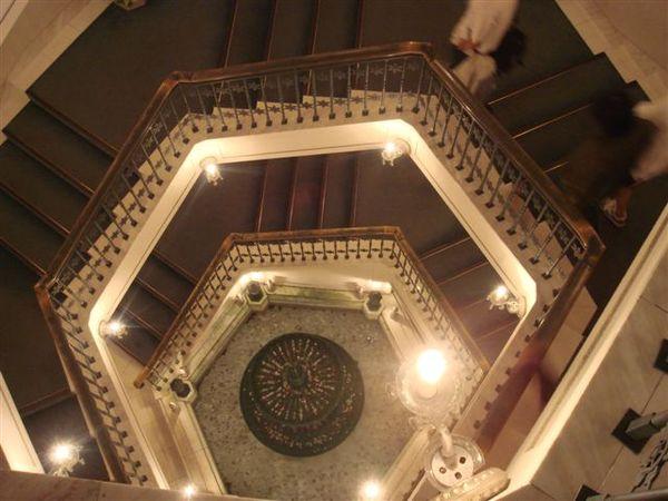 先走樓梯向下
