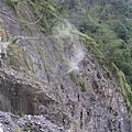 有沒有看到那很細的步道,下面就是峭壁