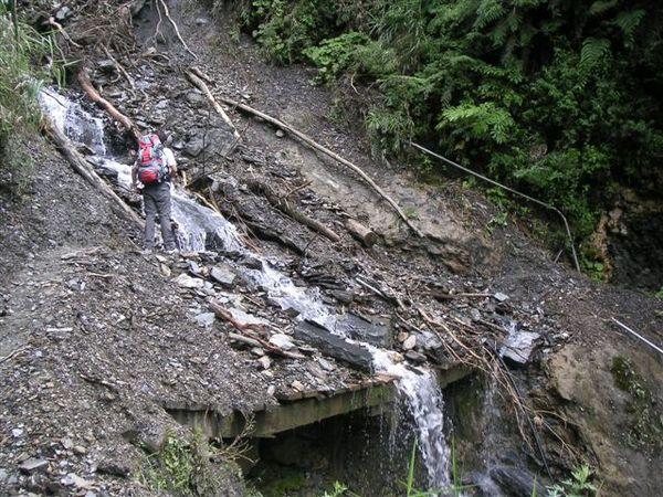 崩坍的山壁搭配沖刷的瀑布,更加危險了! 要涉水而過