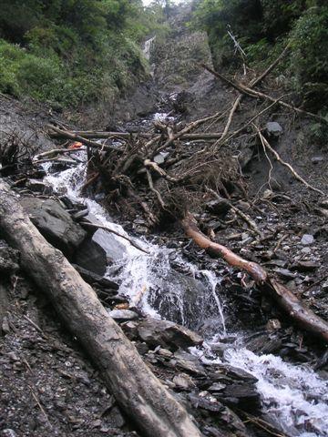 從沖刷的瀑布下往上拍,慘不忍睹啊