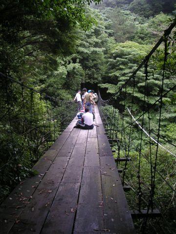 這個吊橋還算堅固,大家在上面吃午餐