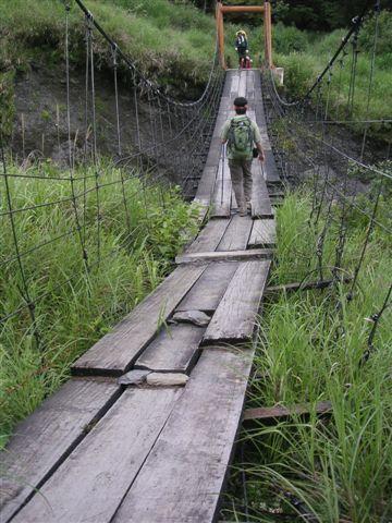 補補貼貼的吊橋,感覺很危險.....