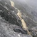坍方的山壁,又搭配從上方沖刷下來的水流,一直崩